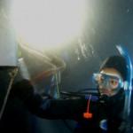 水中で除夜の鐘を叩いています。